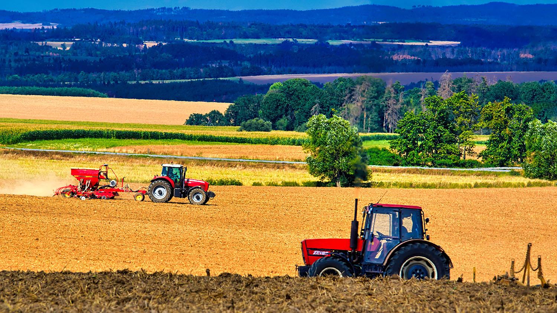 Fotka traktorů při práci na poli na Vysočině od Jan Stojan Photography ©