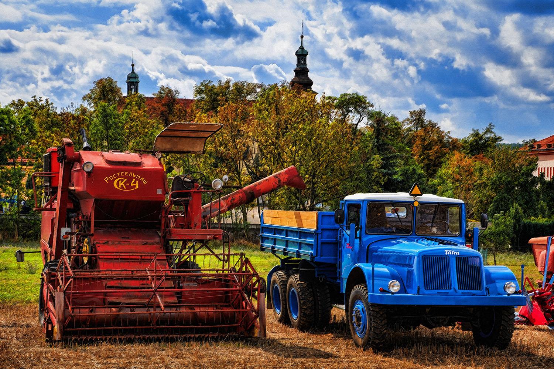 Fotka Tatra 111 a kombajnu od Jan Stojan Photography ©