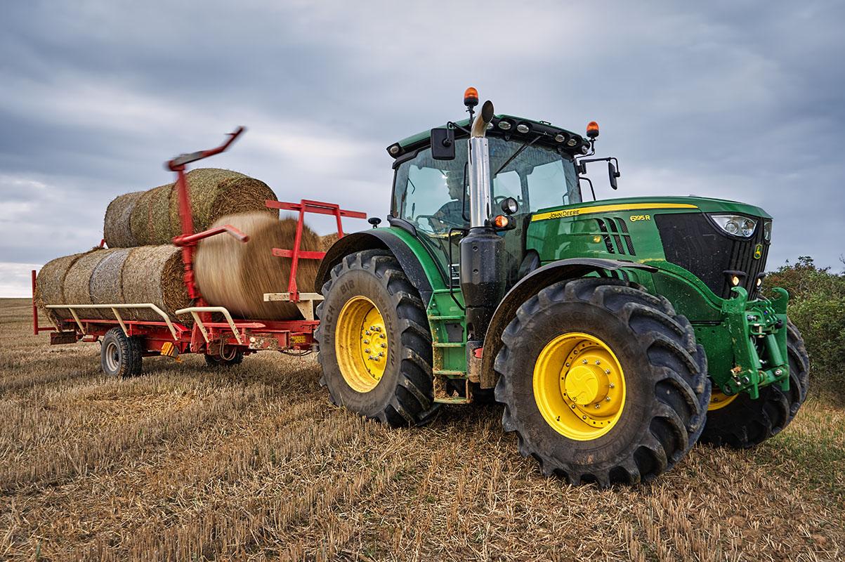 Fotka traktoru John Deere 6195R při práci na poli od Jan Stojan Photography ©