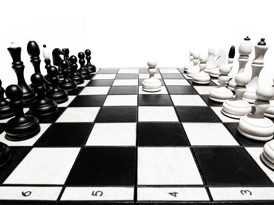 První tah v šachách, bílý pěšec začíná šachovou hru z e2 na e4