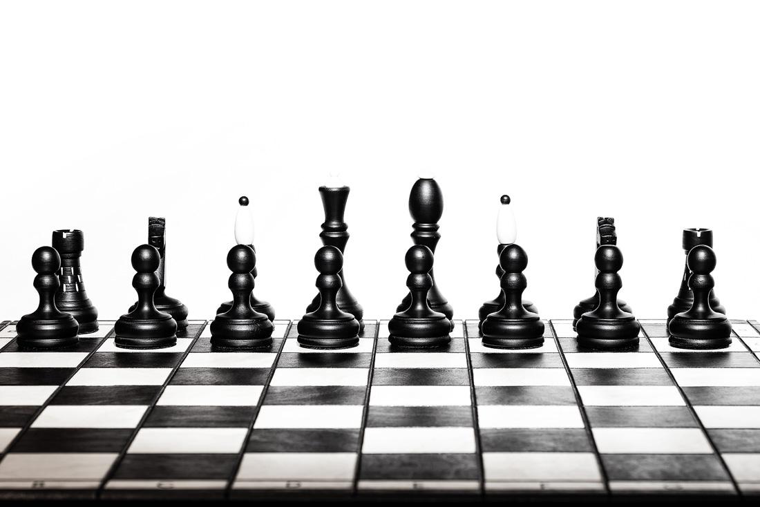 Základní postavení černých figurek na šachovnici