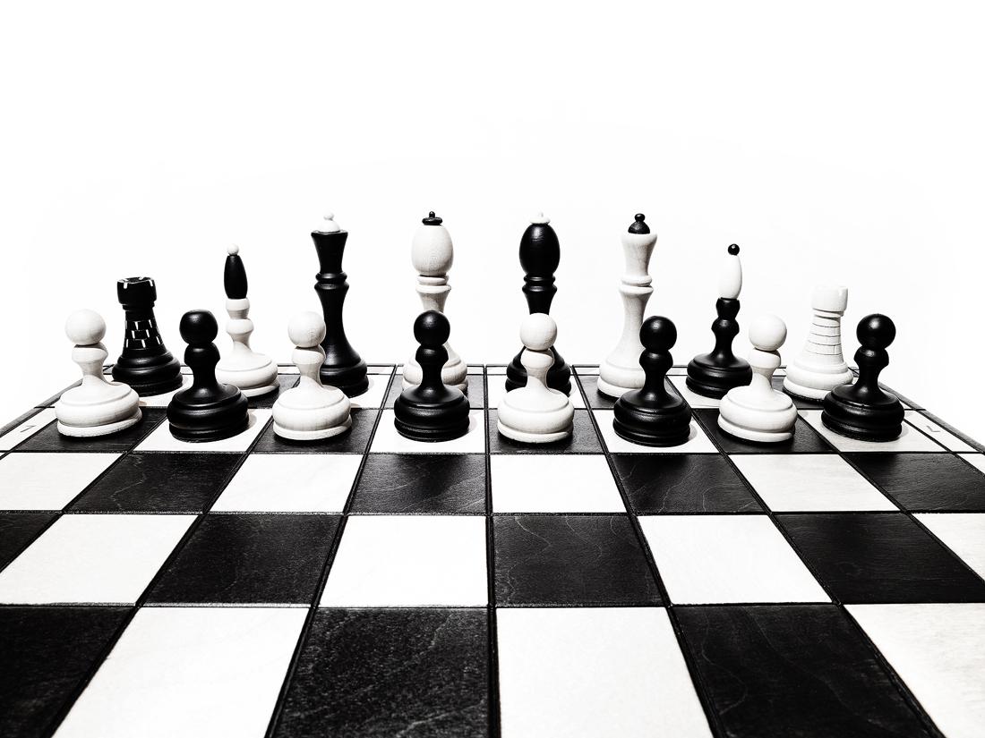 Šachové figurky postavené na šachovnici