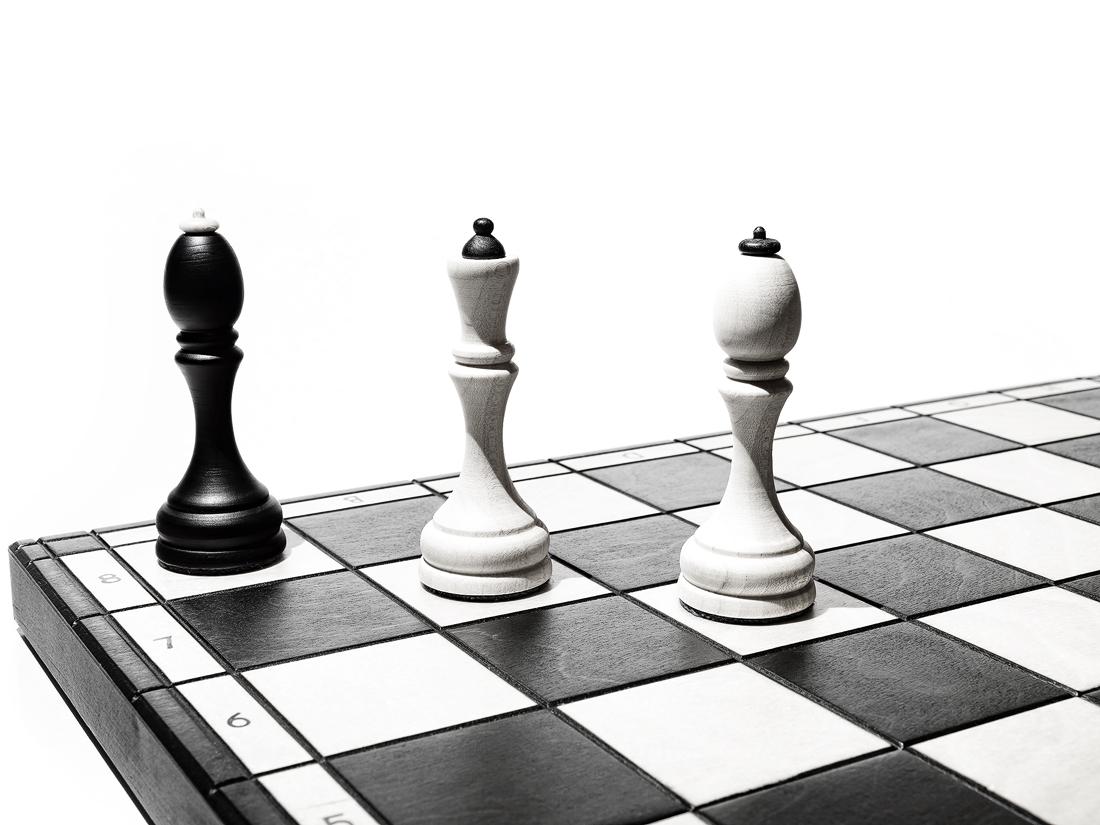 Šach mat, černý král dostal šach mat dámou a králem v rohu šachovnice