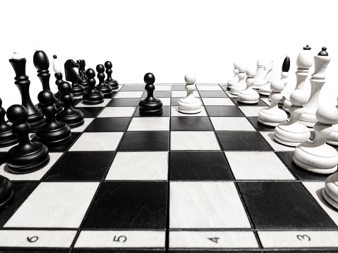 Druhý tah v šachách, černý pěšec  před bílého pěšce z e7 na e5