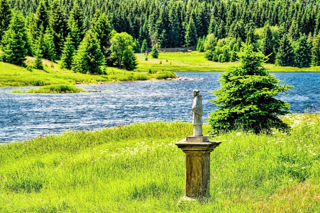 soška svatého Jana Nepomuckého na břehu přehrady Fláje detail