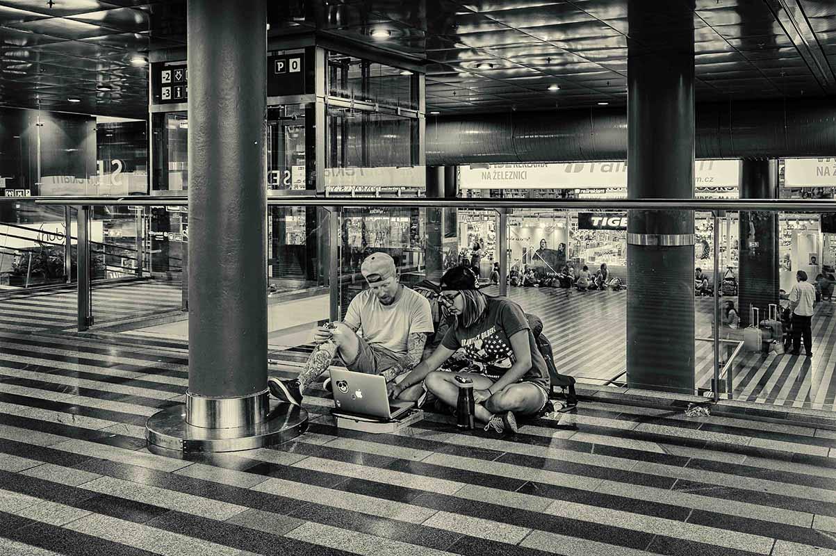 Černobílá dokumentární fotografie čekání v hale hlavního nádraží v Praze od Jan Stojan Photography ©