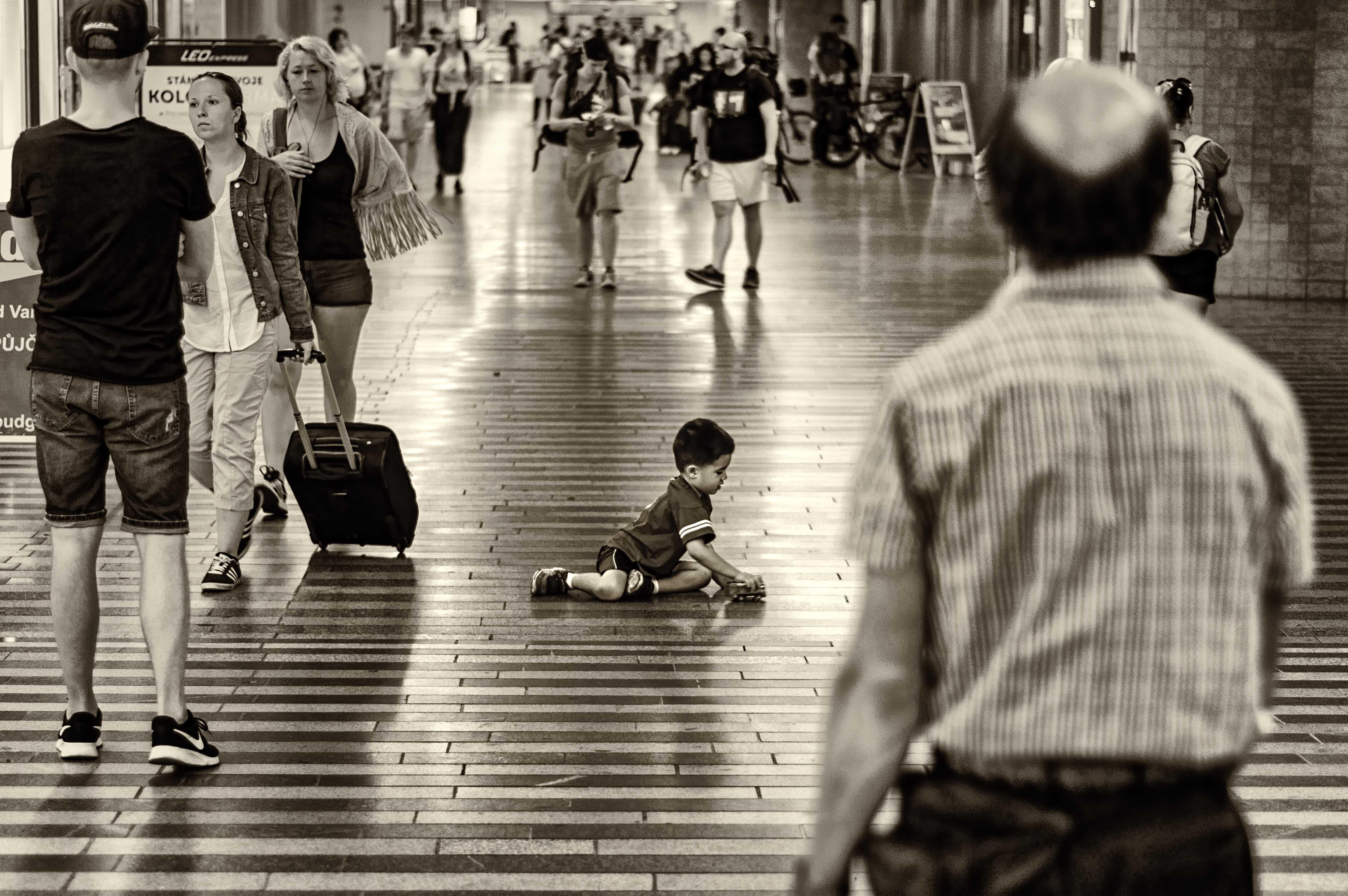 Černobílá dokumentární fotografie hlavního nádraží v Praze od Jan Stojan Photography ©