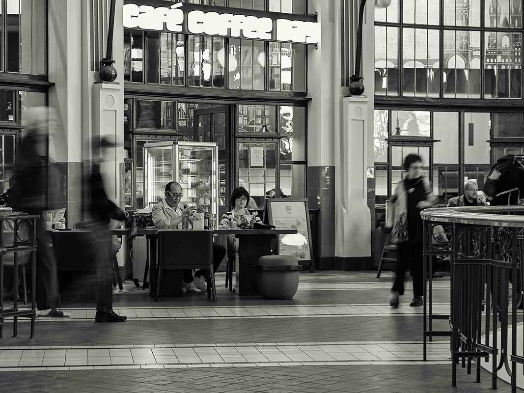 Černobílá dokumentární fotografie, dění ve Fantově kavárně, hlavního nádraží v Praze od Jan Stojan Photography ©