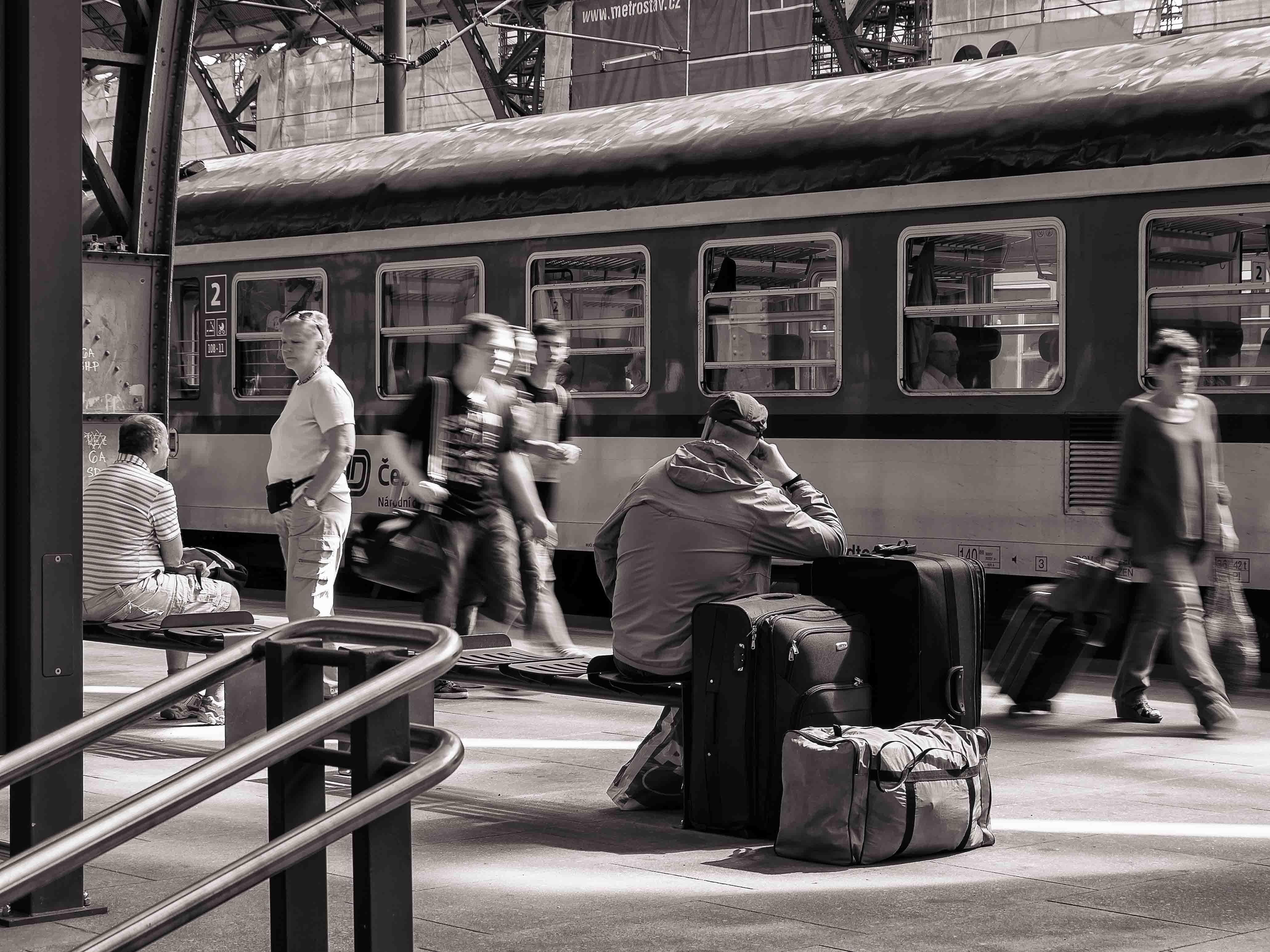 Černobílá dokumentární fotografie čekání na vlak hlavního nádraží v Praze od Jan Stojan Photography ©