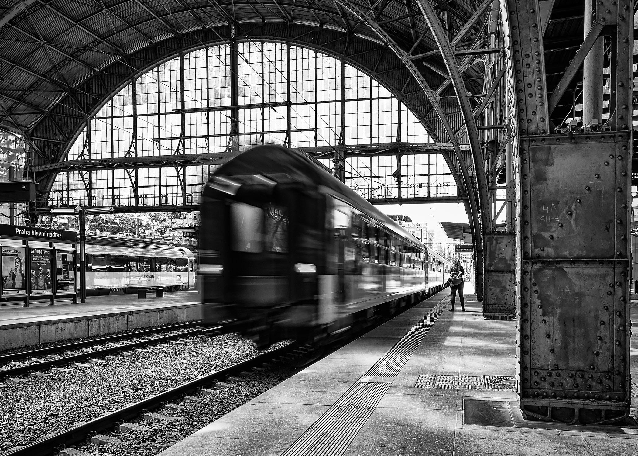 Černobílá dokumentární fotografie nástupiště hlavního nádraží v Praze od Jan Stojan Photography ©