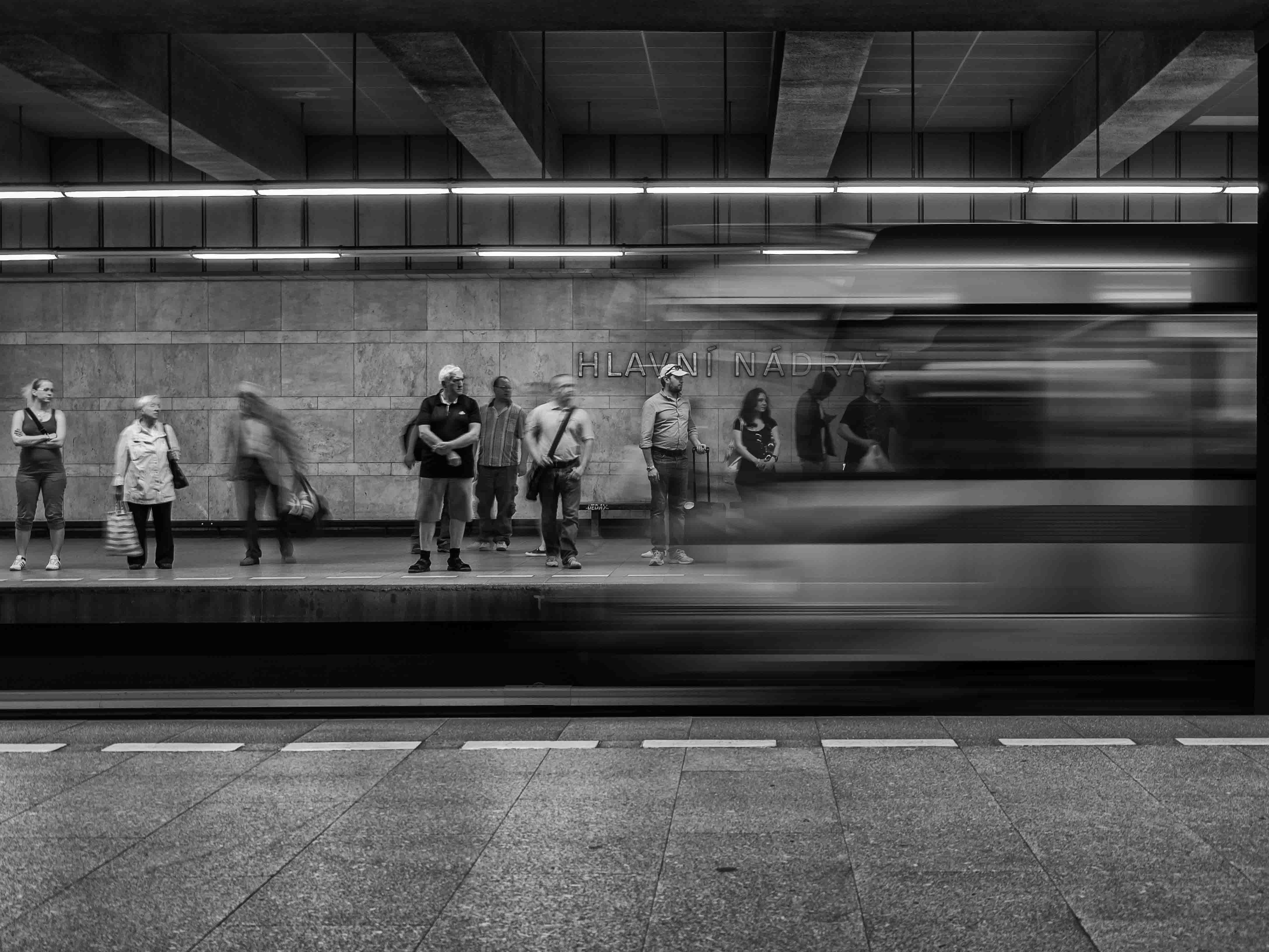 Černobílá dokumentární fotografie stanice metra hlavní nádraží od Jan Stojan Photography ©