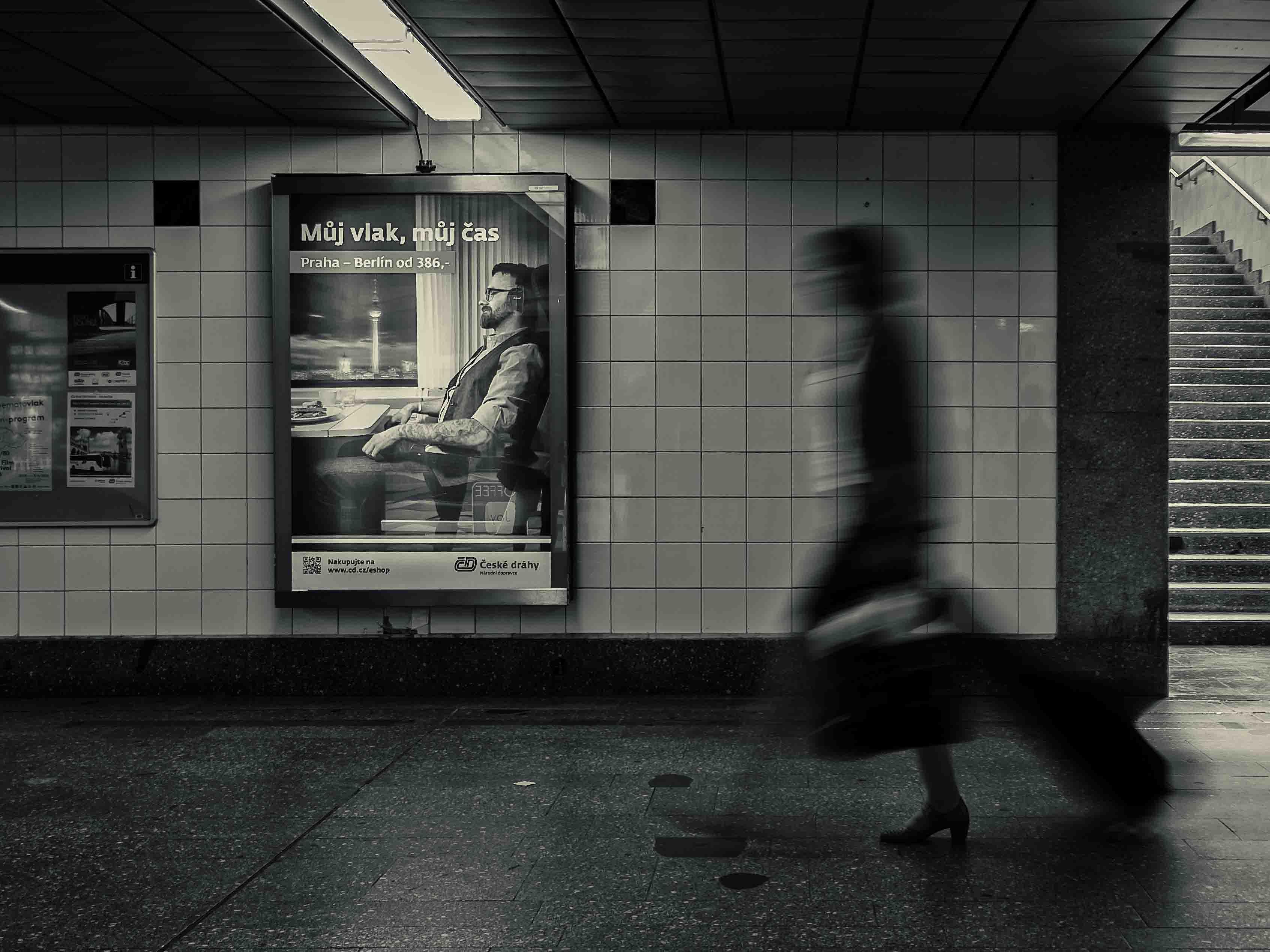 Černobílá dokumentární fotografie podchodu hlavního nádraží v Praze od Jan Stojan Photography ©