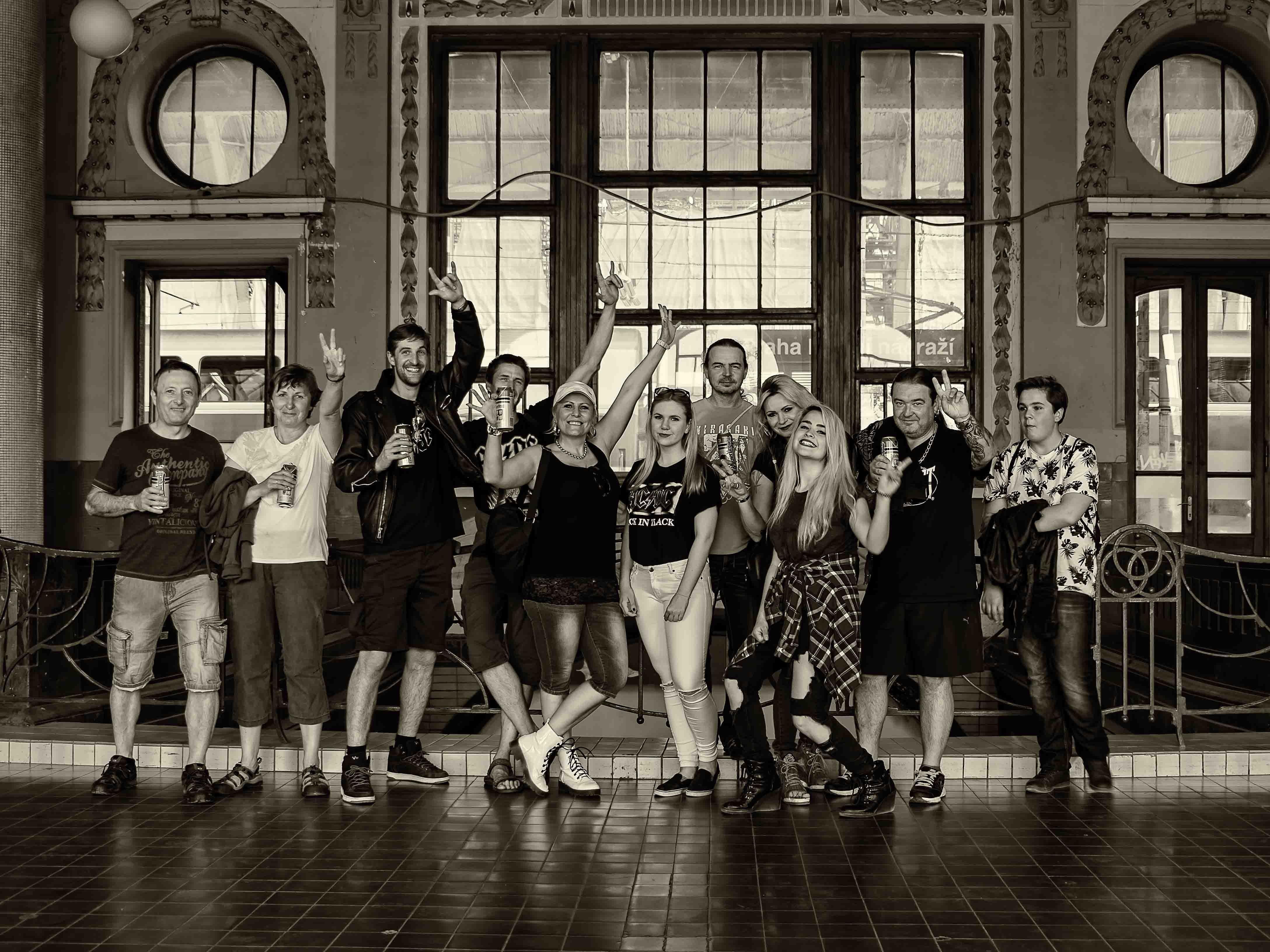 Černobílá dokumentární fotografie příjezd fanoušků AC/DC na hlavním nádraží v Praze od Jan Stojan Photography ©