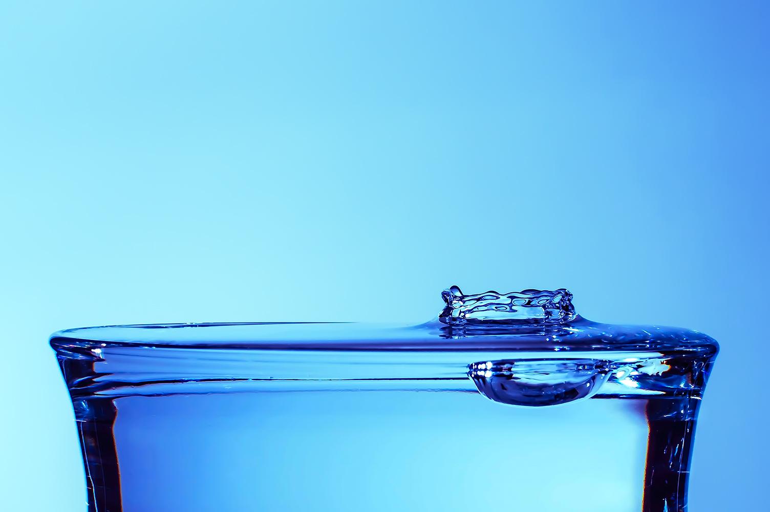 Detail dopadu kapky vody na hladinu ve sklenici od Jan Stojan Photography ©