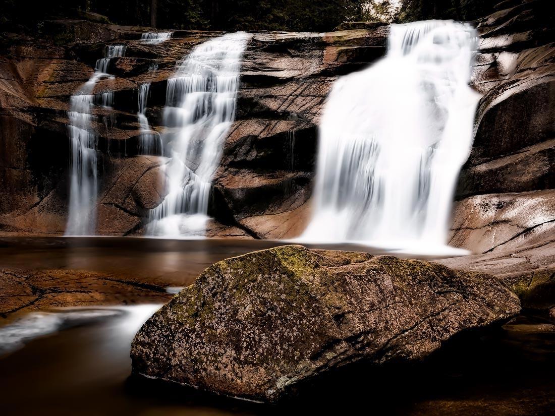 Dlouhá expozice mumlavského vodopádu v popředí velký kamen