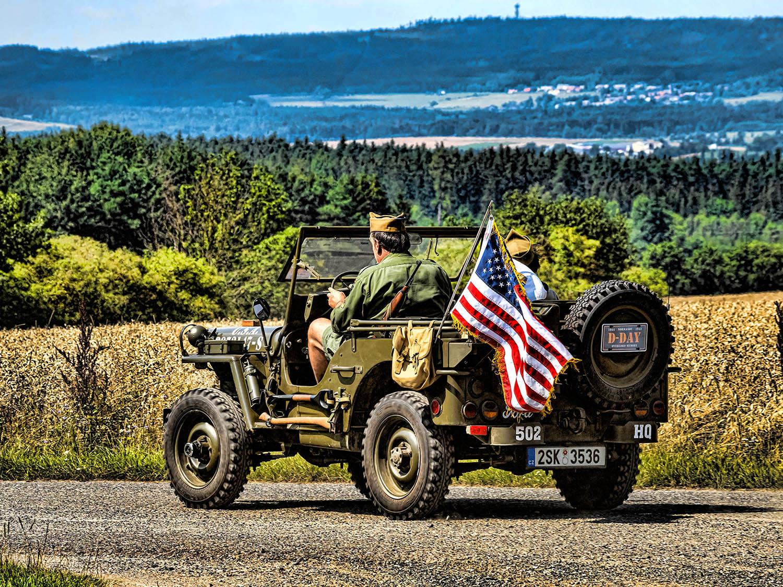 vojenský Jeep s americkou vlajkou